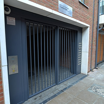 BARRED STEEL GATE ENTRY SYSTEM WITH INTEGRATED MAIL BOXES